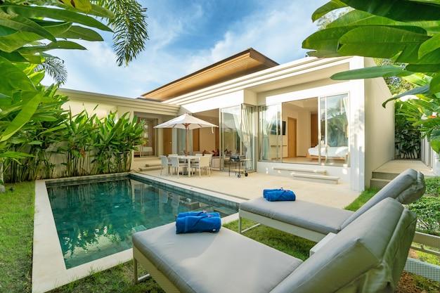 Design interno ed esterno di una lussuosa villa con piscina