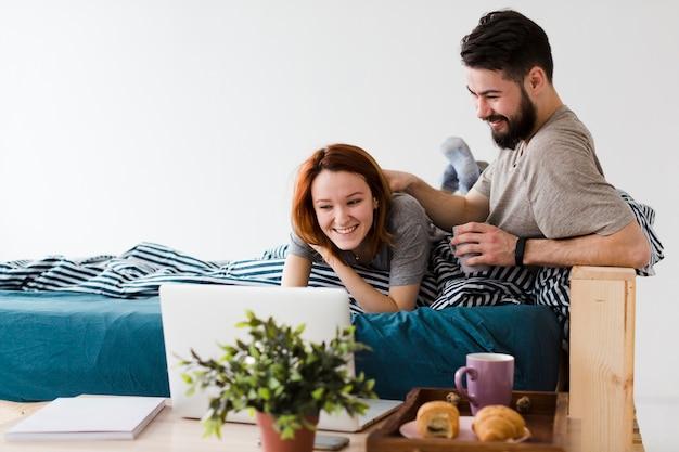 Design minimalista della camera da letto e giovane coppia