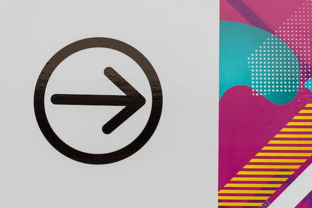 Design minimalista e freccia in un cerchio