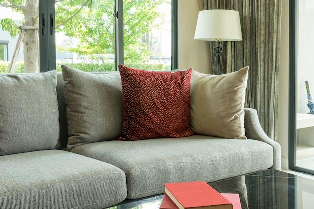 Design moderno soggiorno con cuscini rossi sul divano e lampada