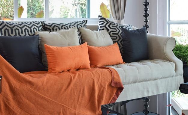 Design moderno soggiorno con divano in tweed marrone e arancio e cuscini neri