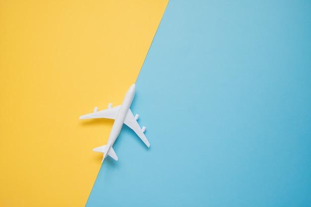 Design piatto laici del concetto di viaggio con aereo su blu e giallo