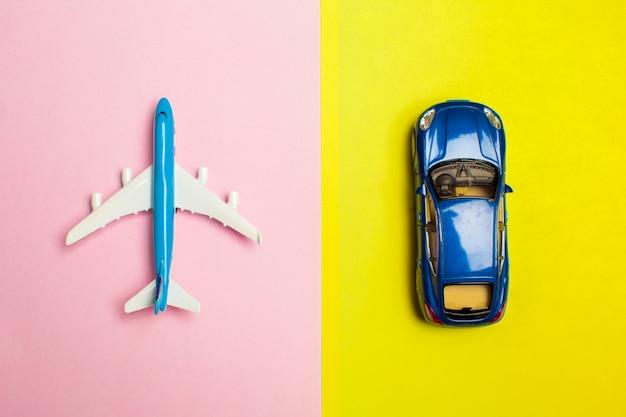 Design piatto laico del concetto di viaggio con l'aereo