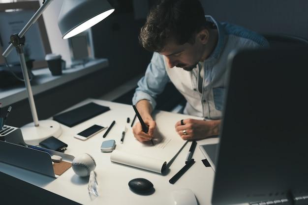 Designer al lavoro in ufficio