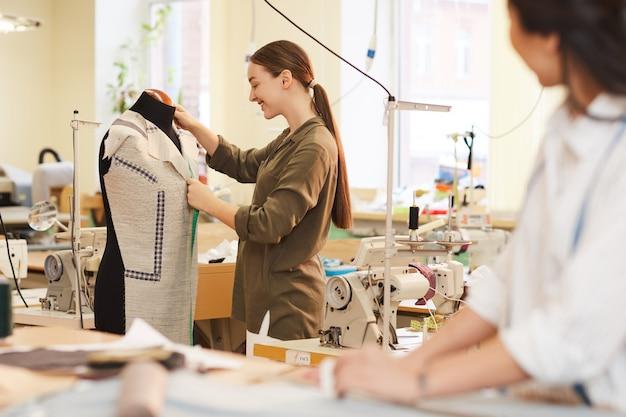 Designer che lavora con manichino