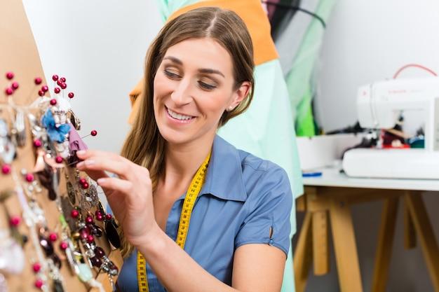 Designer di gioielli con selezione di pezzi
