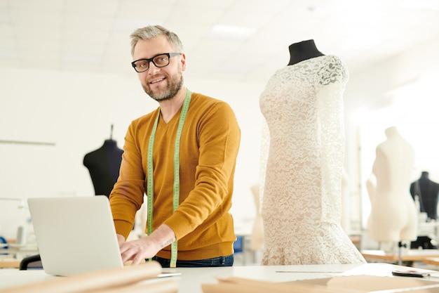Designer di moda al lavoro