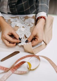 Designer di moda che lavora su un abito da sposa