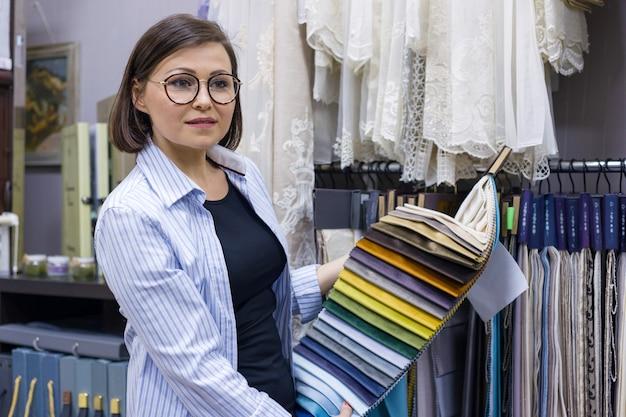 Designer femminile, decoratrice d'interni, proprietario del negozio