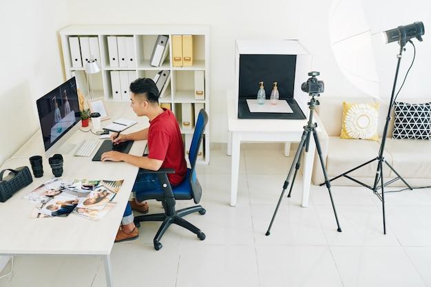 Designer freelance che lavora in home studio