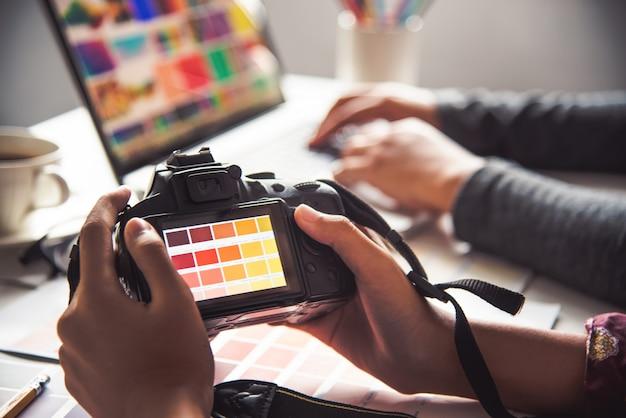 Designer grafico creativo, donna di creatività che disegna lo stile di idee di colore di coloritura