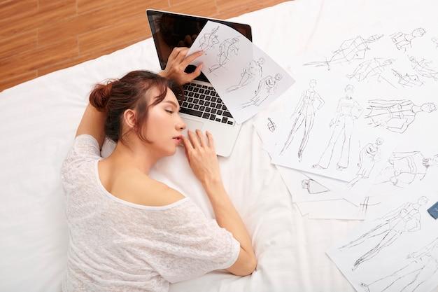Designer stanca del suo lavoro