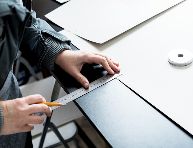 Designer su misura cucire coprisedili. l'uomo usa la macchina da cucire per il suo lavoro.