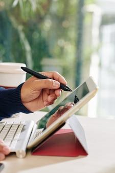 Designer utilizzando la penna digitale