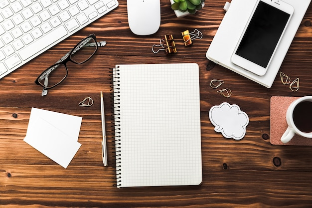 Desktop aziendale con elementi di office