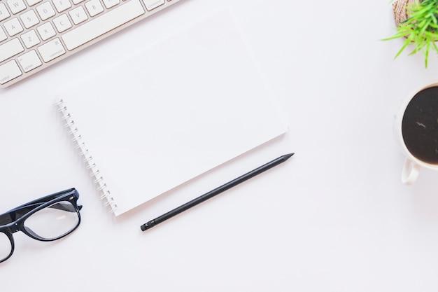 Desktop con blocco note e penna