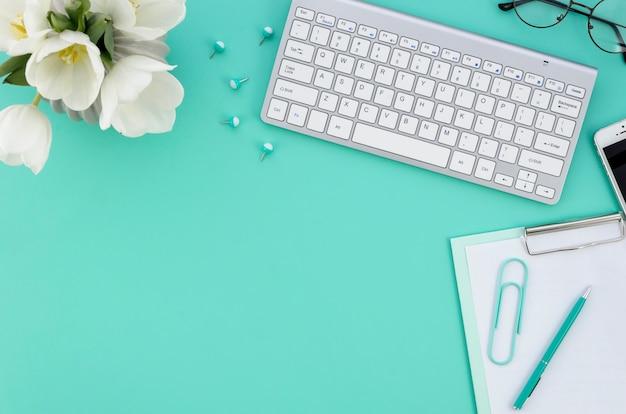 Desktop con computer