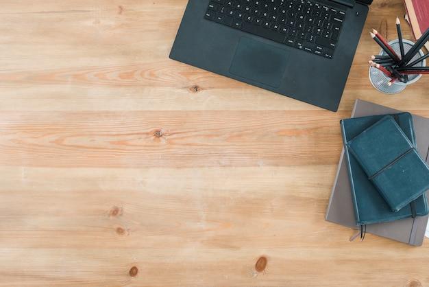 Desktop con elementi laptop e da ufficio