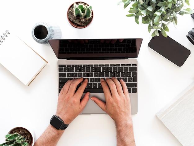 Desktop con laptop e telefono cellulare