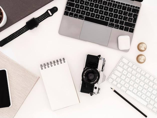Desktop con notebook e laptop