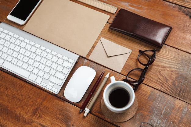 Desktop da lavoro con accessori