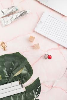Desktop da ufficio con un rossetto