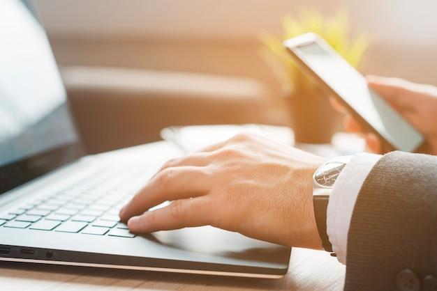 Desktop dell'ufficio con computer portatile e un uomo d'affari