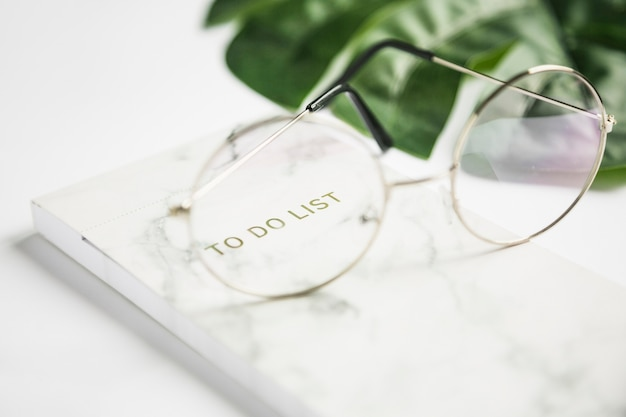 Desktop dell'ufficio con gli occhiali