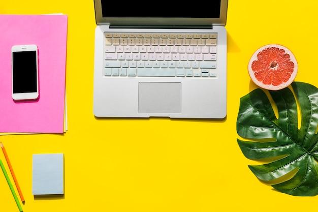 Desktop dell'ufficio con il cellulare
