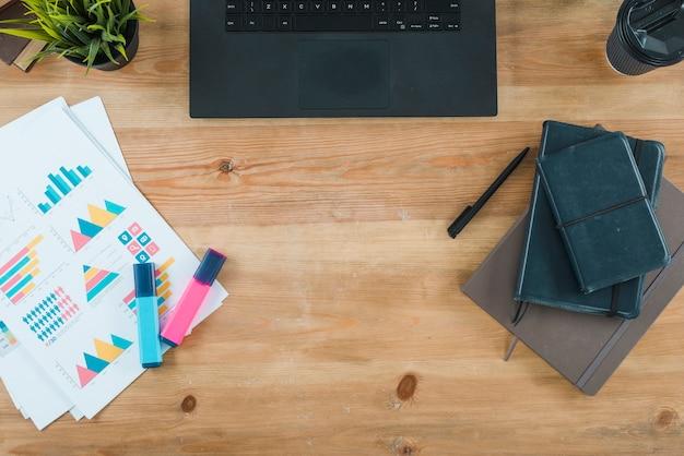 Desktop dell'ufficio con laptop e analisi