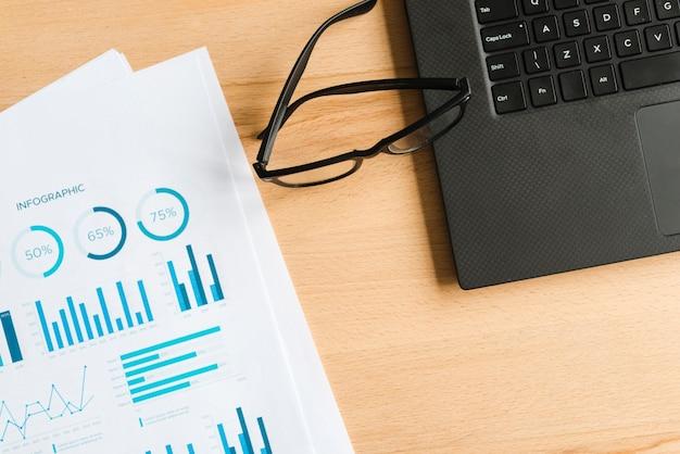 Desktop dell'ufficio con laptop e occhiali