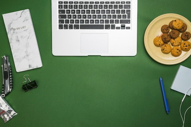 Desktop dell'ufficio con laptop