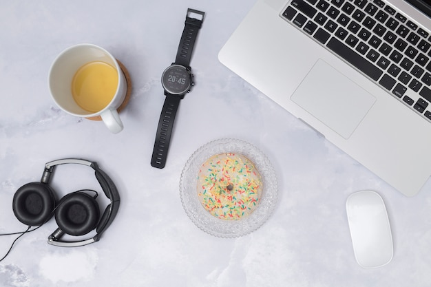 Desktop dell'ufficio con un laptop e altri elementi