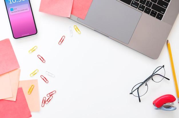 Desktop dell'ufficio con un laptop