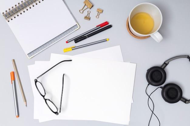 Desktop dell'ufficio con un notebook