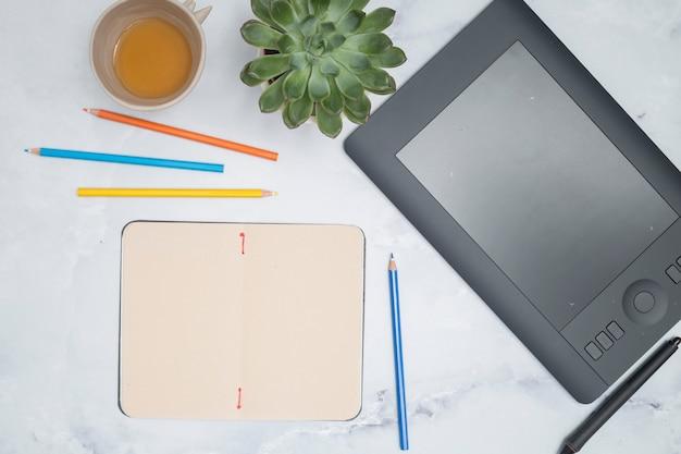 Desktop dell'ufficio con una tavoletta grafica