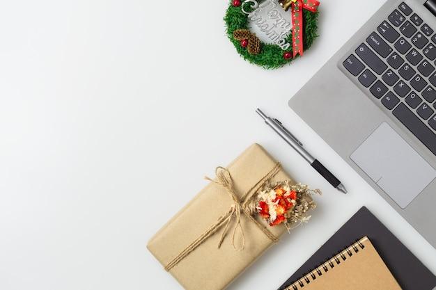 Desktop dello spazio di lavoro dell'ufficio di buon natale e felice