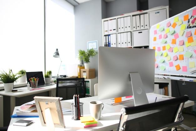 Desktop moderno sull'ufficio emty della tavola bianca con