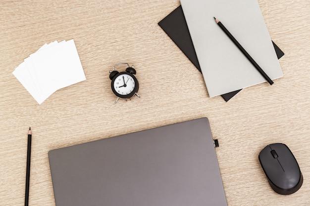 Desktop per formazione online, lavoro remoto, lavoro da casa.