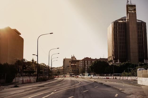 Desolato paesaggio urbano con nessuno