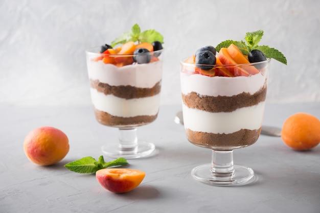 Dessert a strati con frutti di bosco freschi
