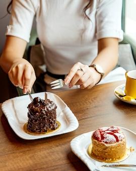 Dessert al cioccolato sul tavolo
