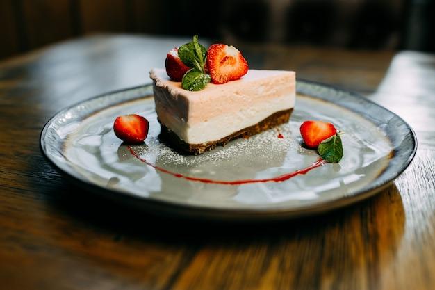 Dessert alla fragola sul piatto.