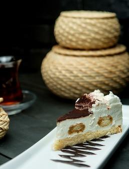Dessert alla panna leggero cosparso di cacao