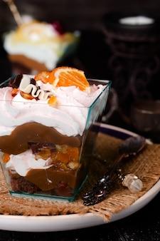 Dessert con panna in un bicchiere