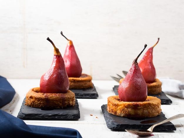 Dessert con pere in salsa di vino rustica