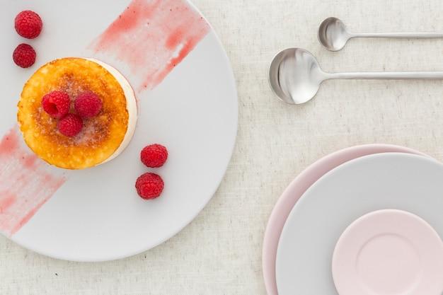 Dessert delizioso con le bacche su un piatto