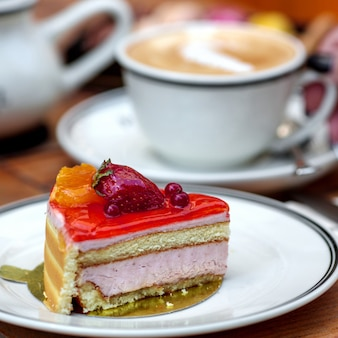 Dessert delizioso della ricotta coperto di gelatina della bacca