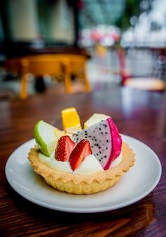 Dessert di biscotti e crema pasticcera, decorato con frutta il ristorante