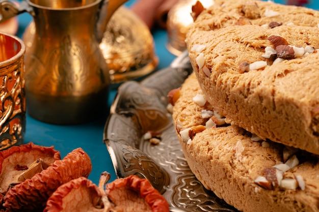 Dessert di delizia turca su stoviglie tradizionali sulla tavola blu scuro